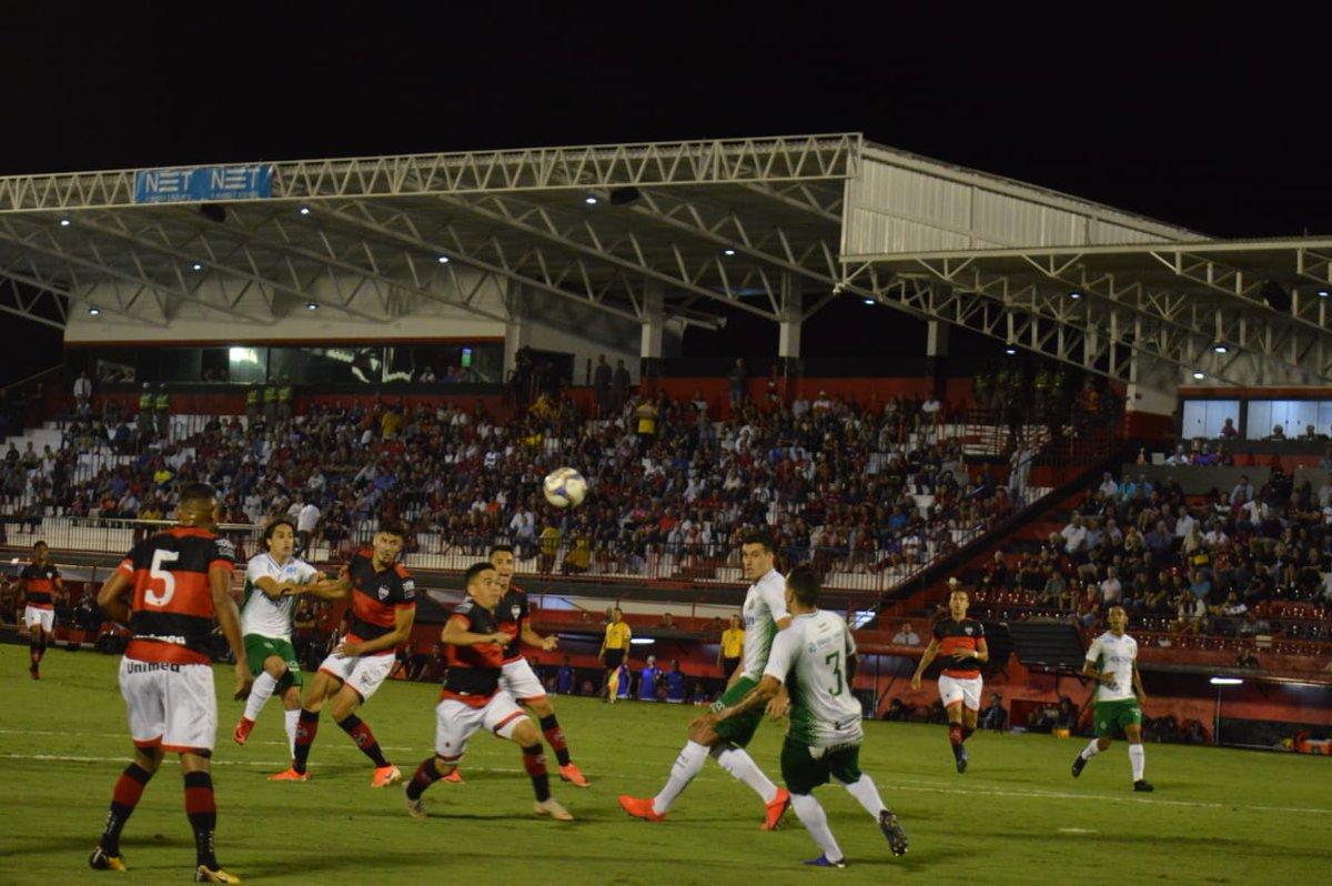 Atlético Goianiense vence em casa e encosta no G4