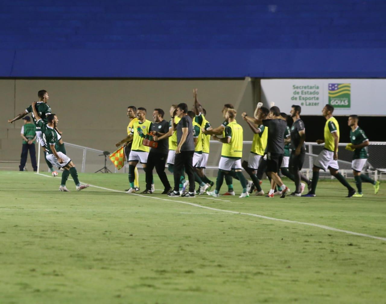 Goiás vence o Athletico-PR e sobe na tabela da Série A