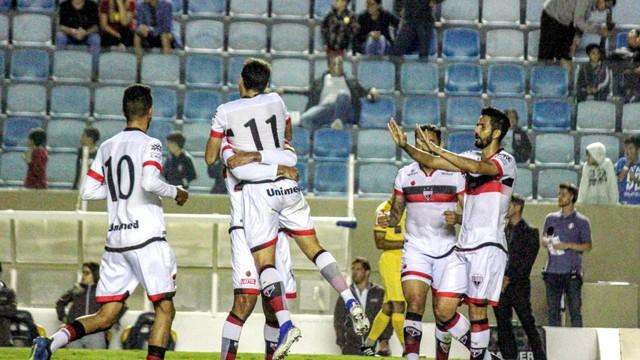 Atlético Goianiense goleia o Oeste e segue na briga pelo acesso