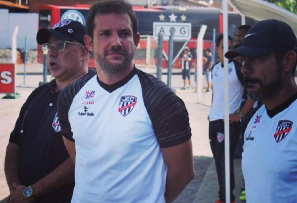Líder do Campeonato Goiano, Jaraguá demite treinador Lucas Oliveira