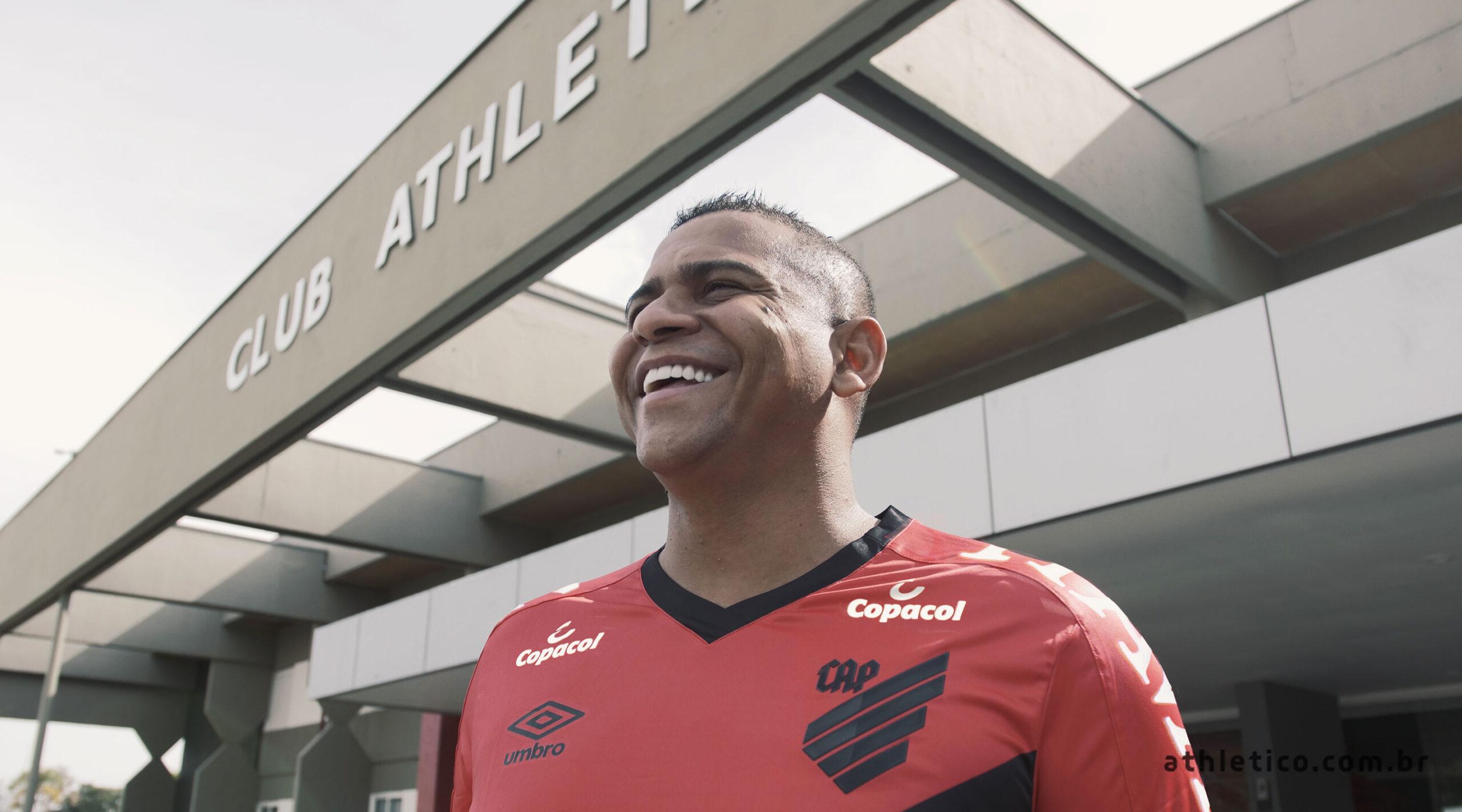 Athletico Paranaense oficializa a contratação do atacante Walter