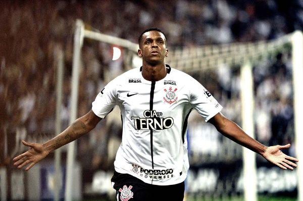 Agora é oficial; Jô está de volta ao Corinthians
