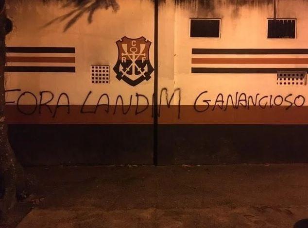 Muros da Gávea são pichados com criticas ao presidente do Flamengo
