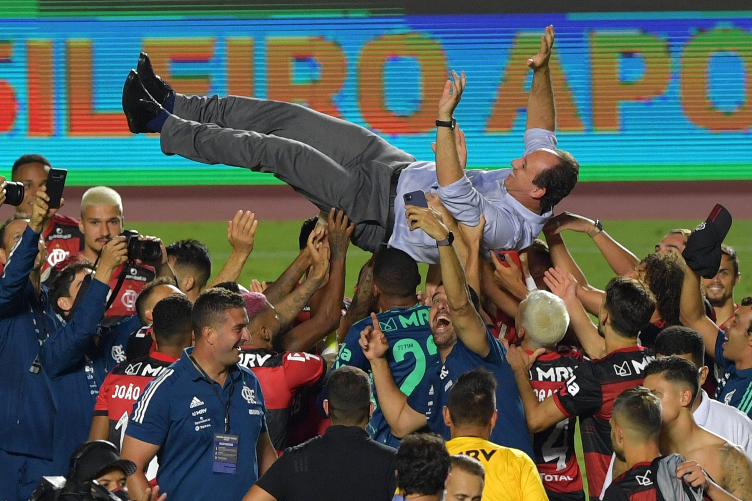 Flamengo perde para o São Paulo, mas fica com o título brasileiro