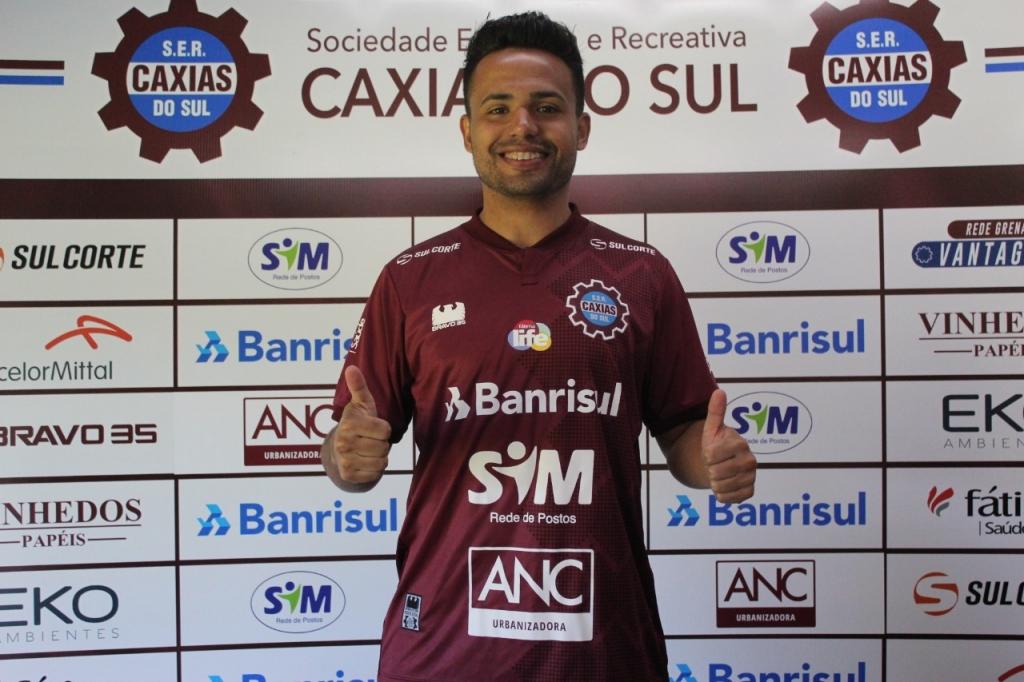 Goiás acerta com lateral que estava no Caxias