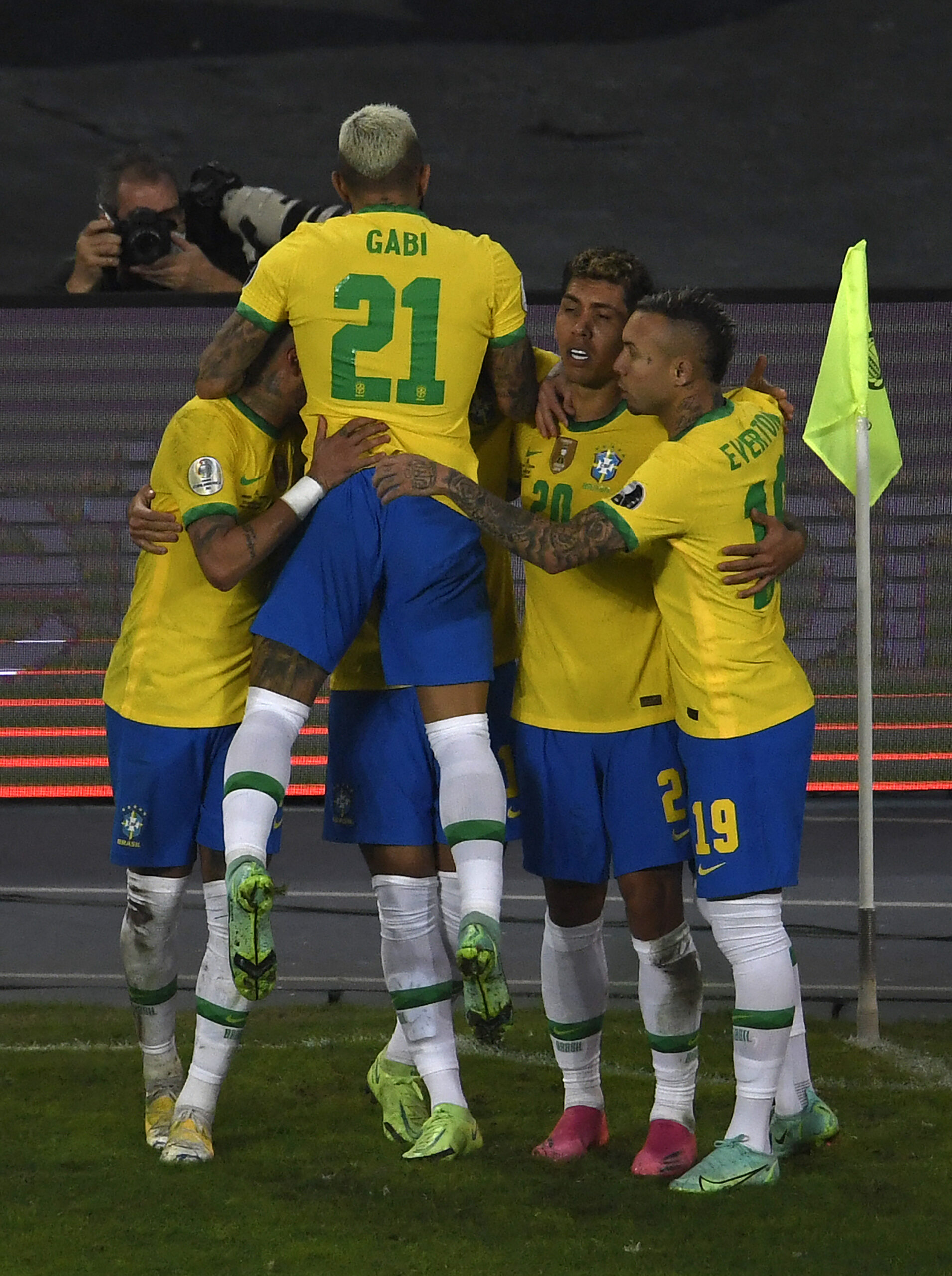 Brasil marca nos acréscimos e vence a Colômbia
