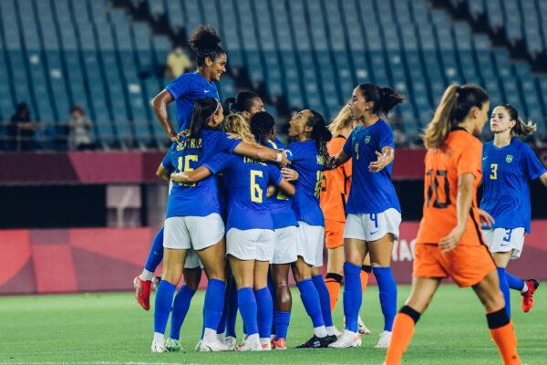 Em jogo cheio de gols, Brasil e Holanda empatam no futebol feminino